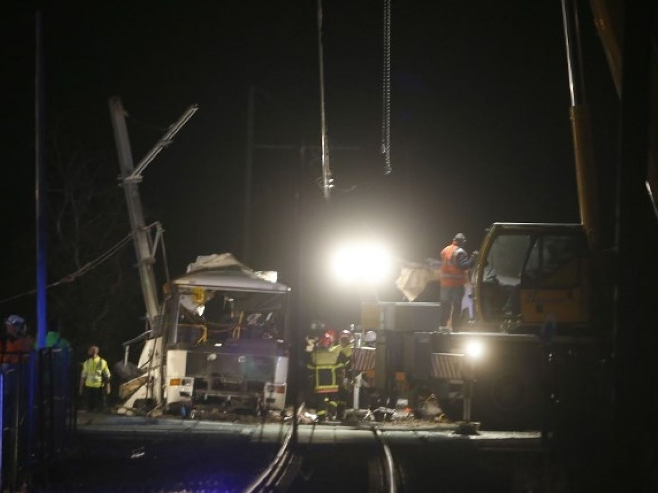 法國南部火車撞校巴四死20傷