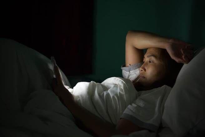 研究:晚上10時後續用手機隨時癡線