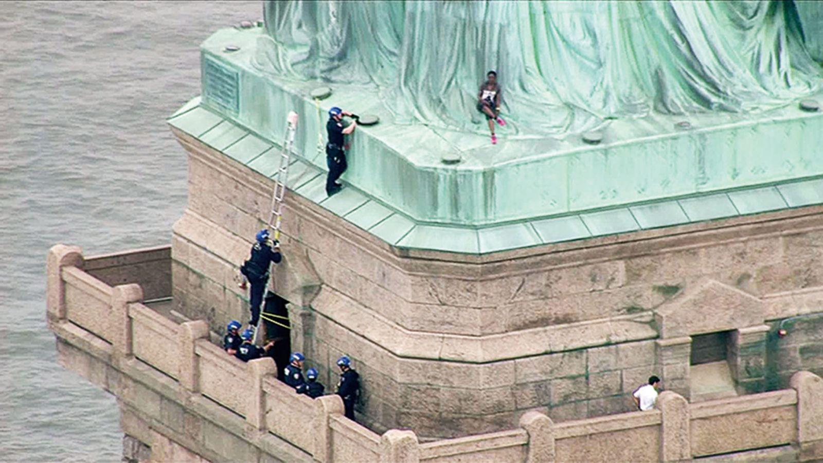 黑人女爬上自由女神像