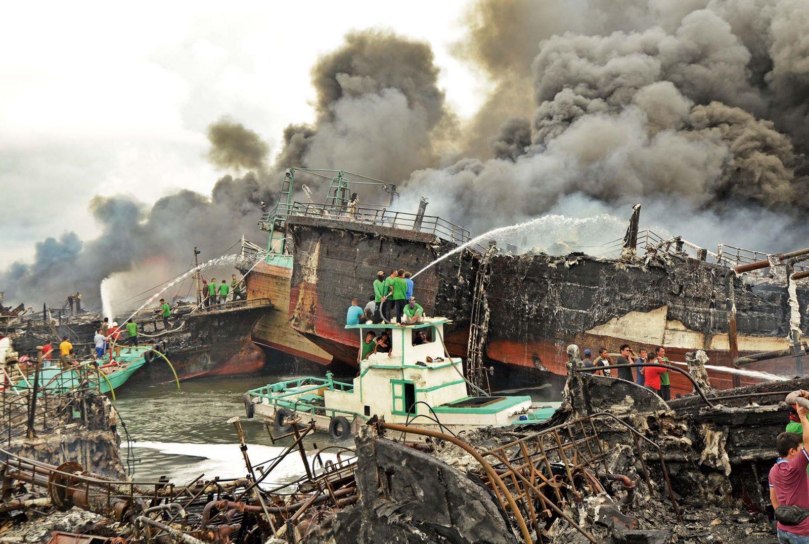 燒燬近40艘船無人傷亡