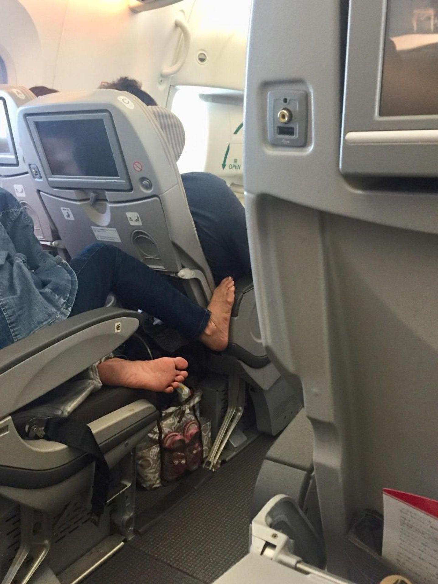 口罩男機艙忘情搣腳皮