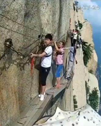 有片!內地男行華山棧道突解安全繩一躍而下