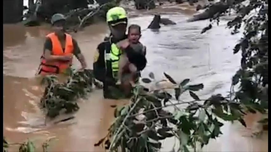 赴老撾大壩災區救男嬰