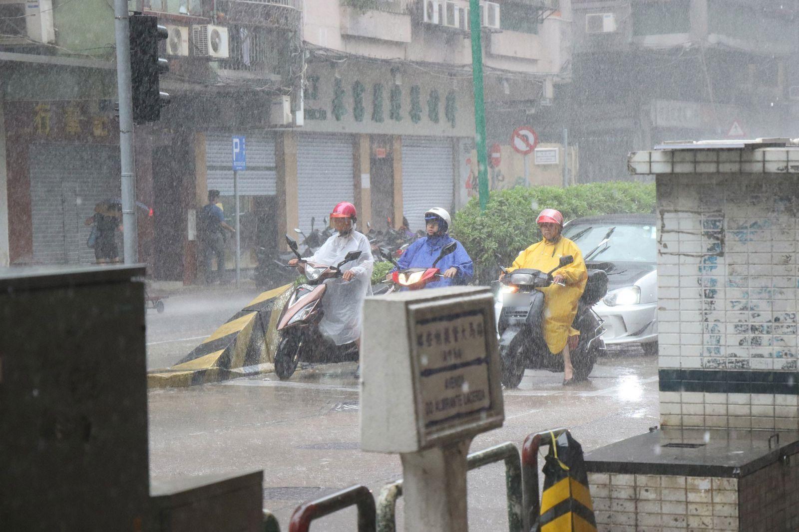 氣象局發出暴雨警告