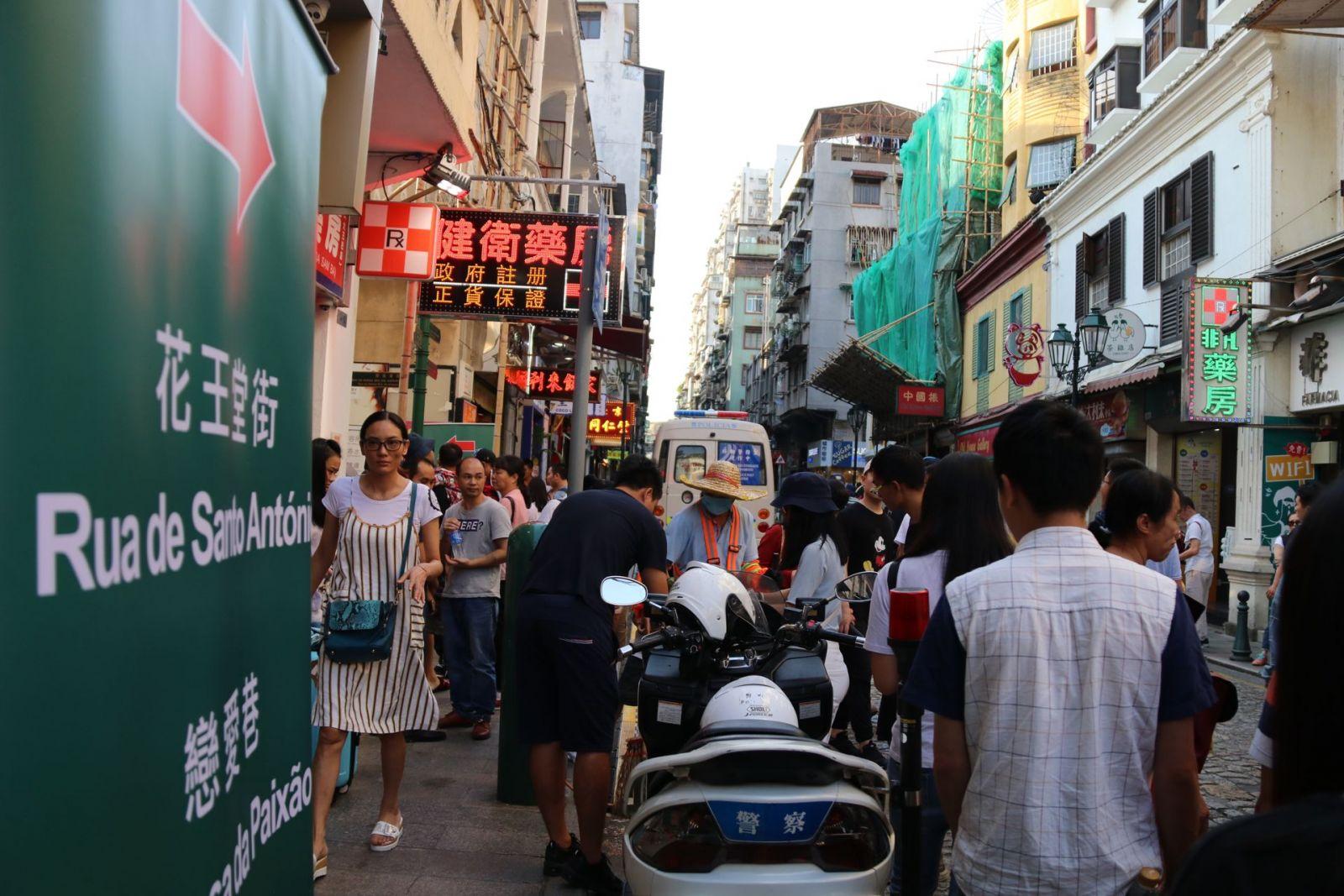 下午3時15分大三巴街實施人潮管制