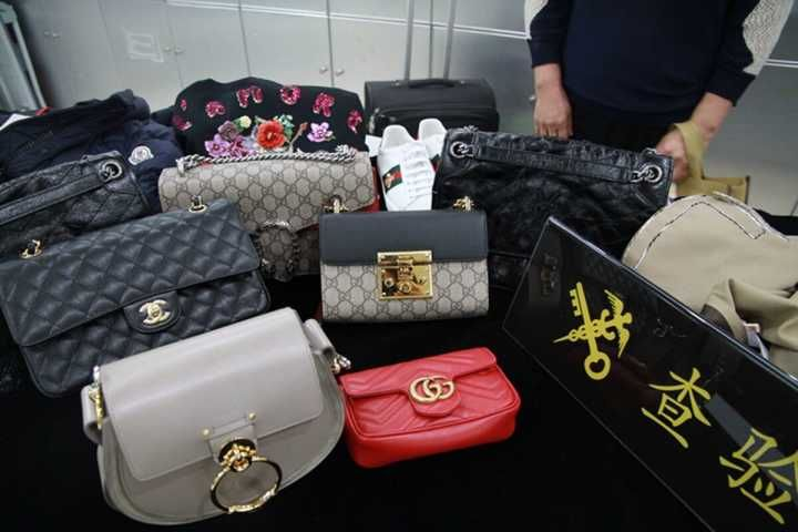 涉違規攜十多萬奢侈品過關被截