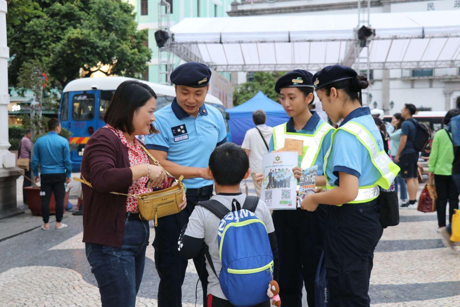 治安警聯同少年團宣導交通安全