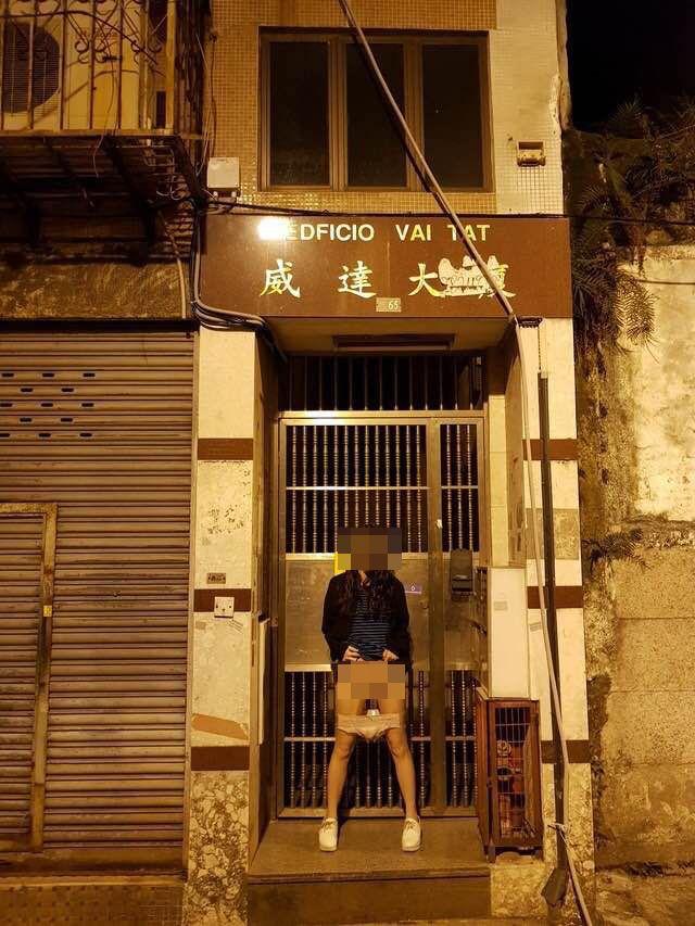竟於本澳警局前脫褲拍裸照