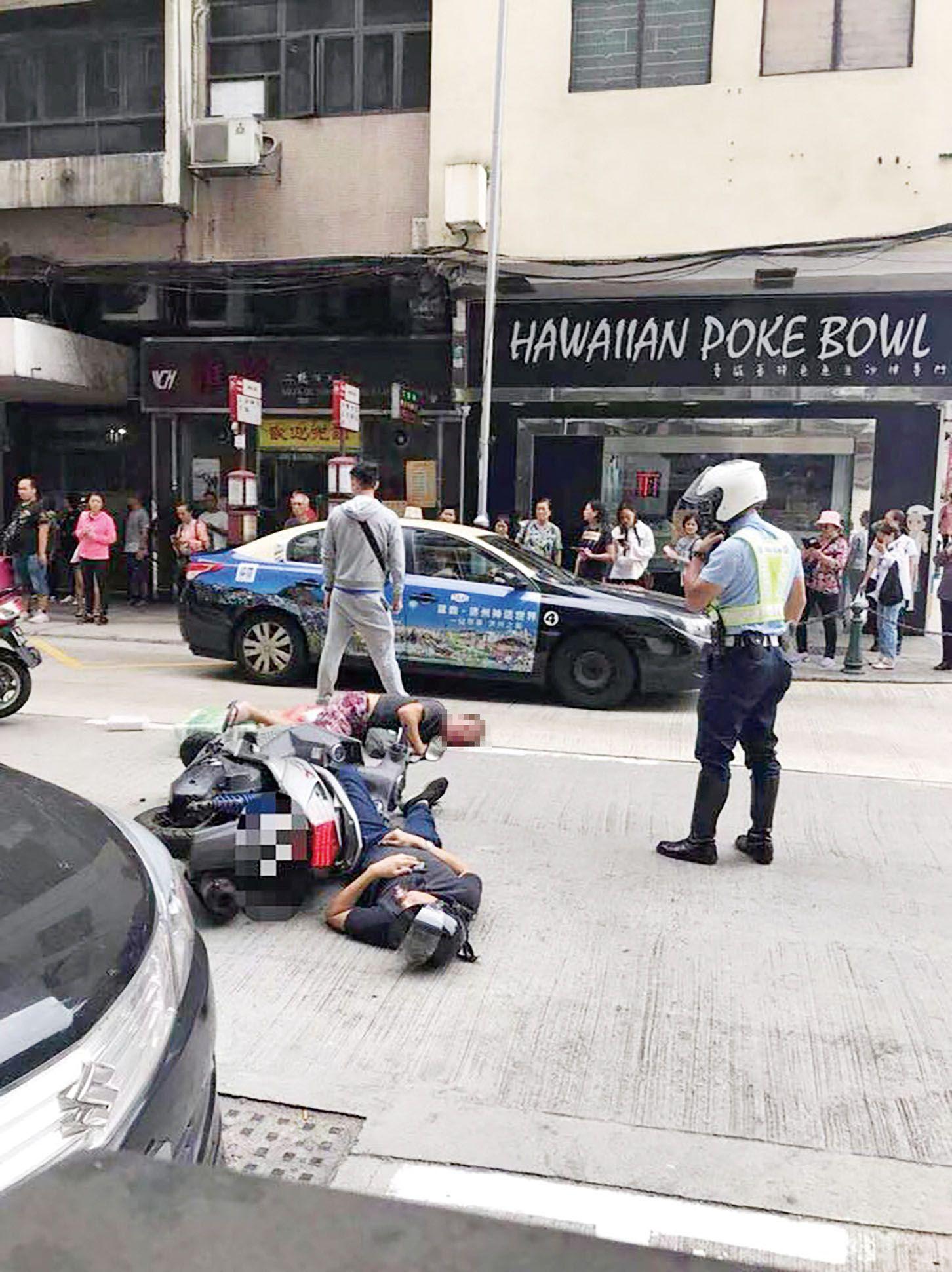 車翻人倒 頭盔飛脫數米外 五旬騎士昏迷送院