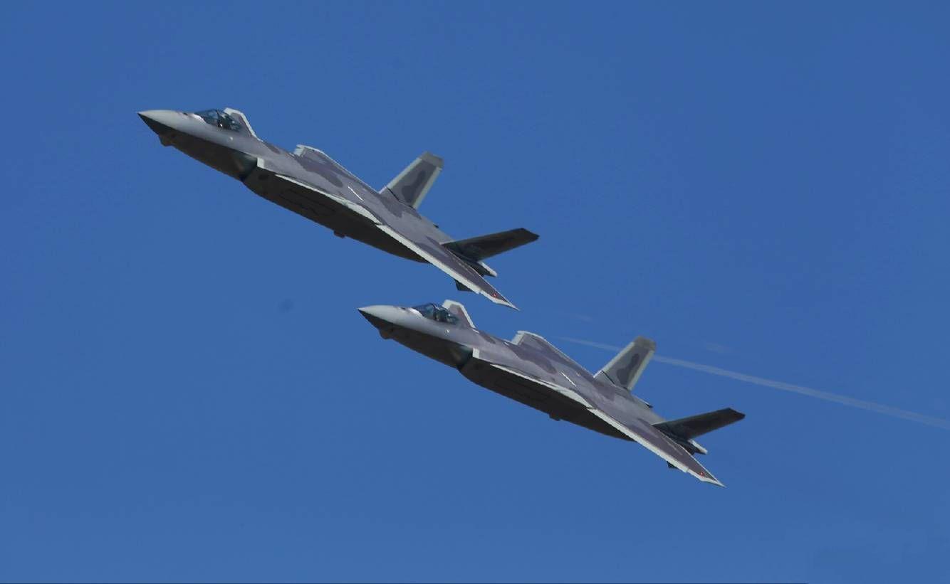 新一代隱形戰機殲-20編隊飛行入場