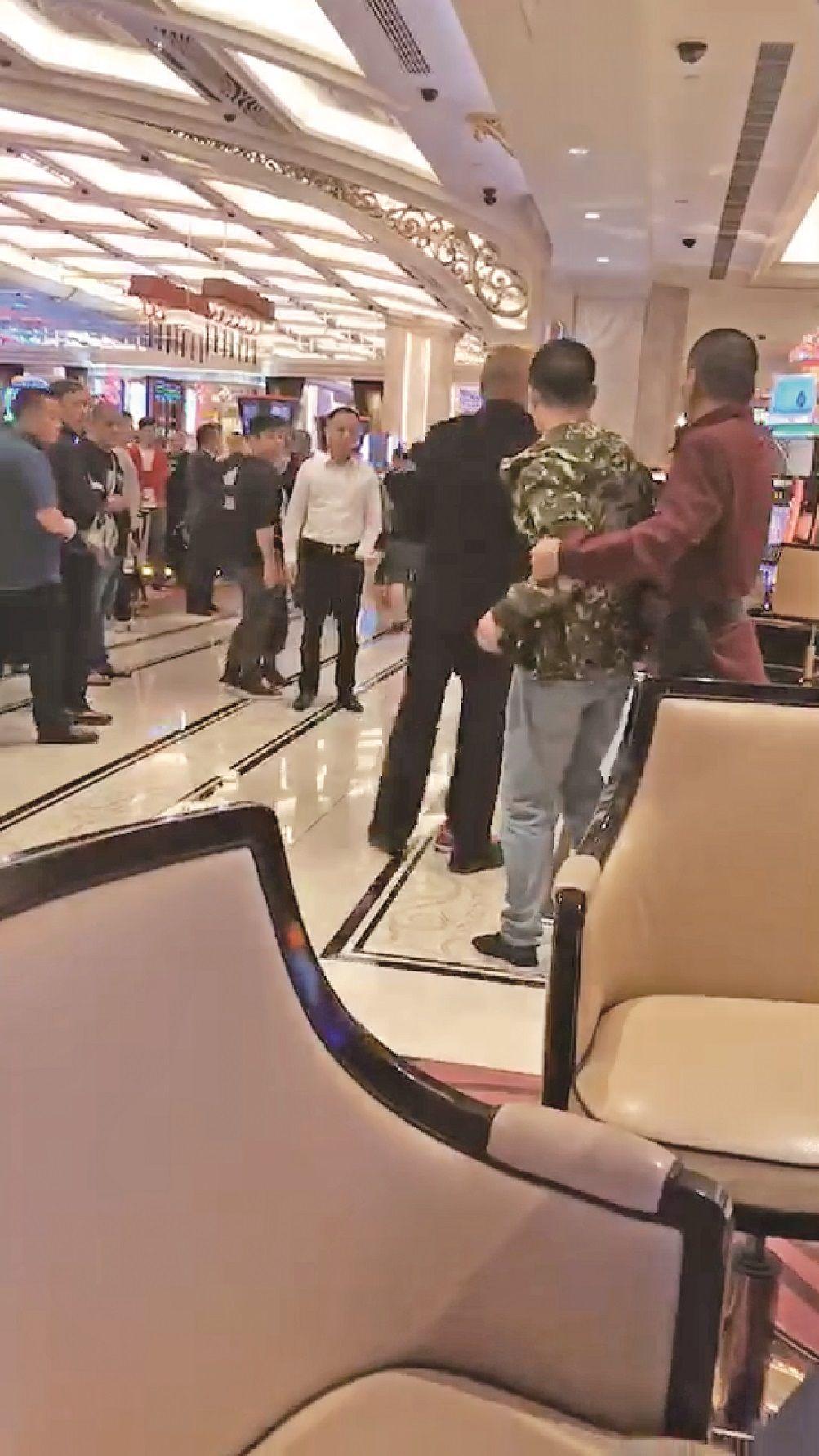 拳腳互毆飛椅互擲