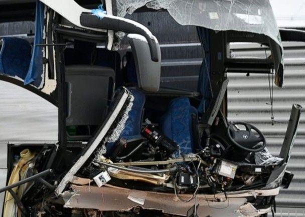 旅遊巴失控撞牆釀45死傷