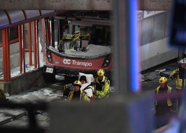 加國雙層巴士撞車站篷頂 3死25傷
