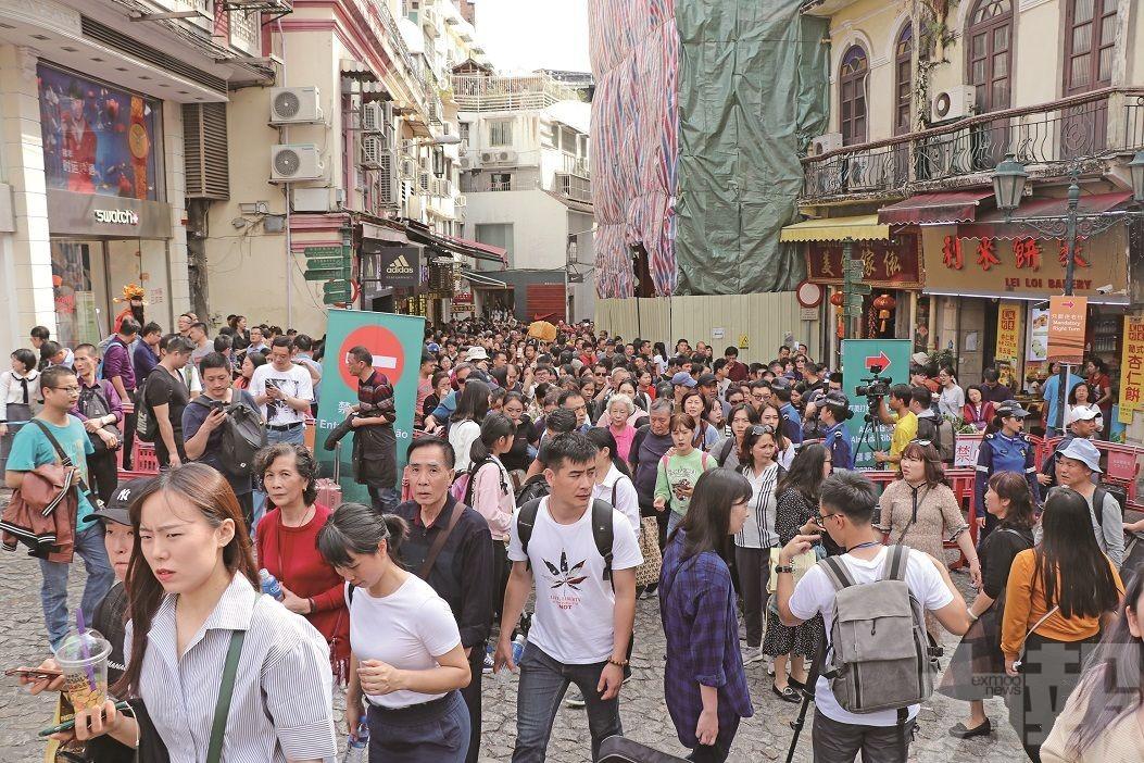 出入境人流大增逾兩成 人潮管制近六粒鐘