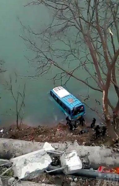 陝西巴士失控撞斷護欄墮江釀2死