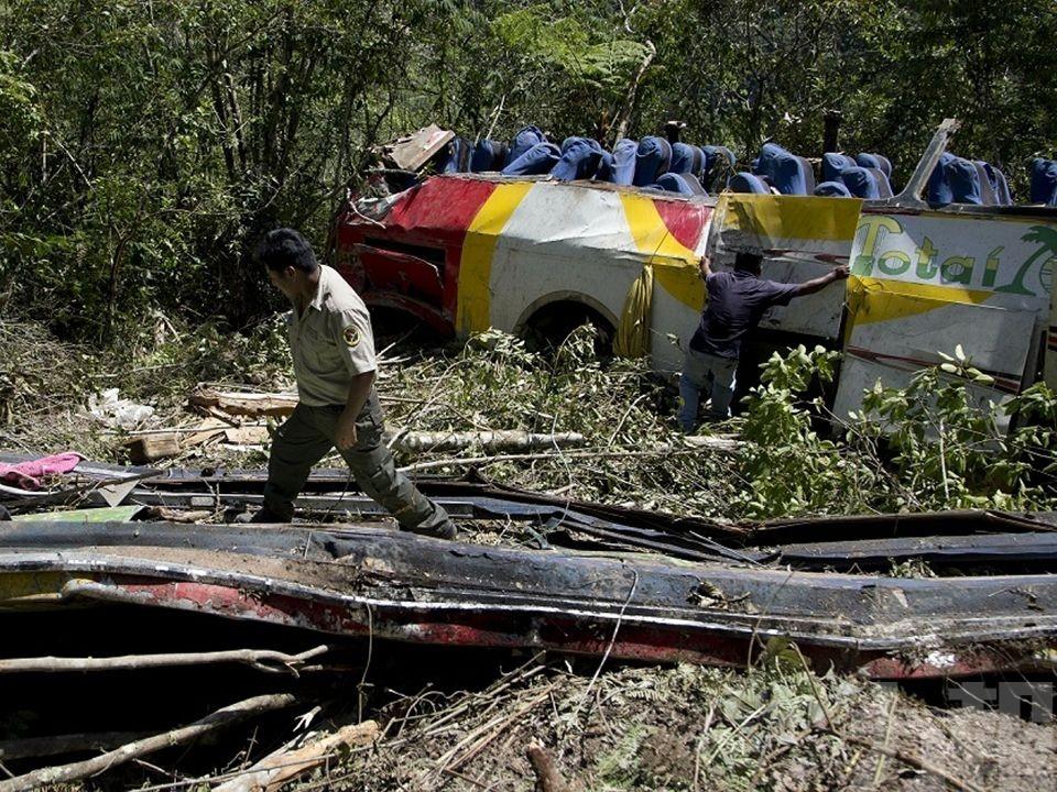 玻利維亞巴士跌落山谷釀近50死傷
