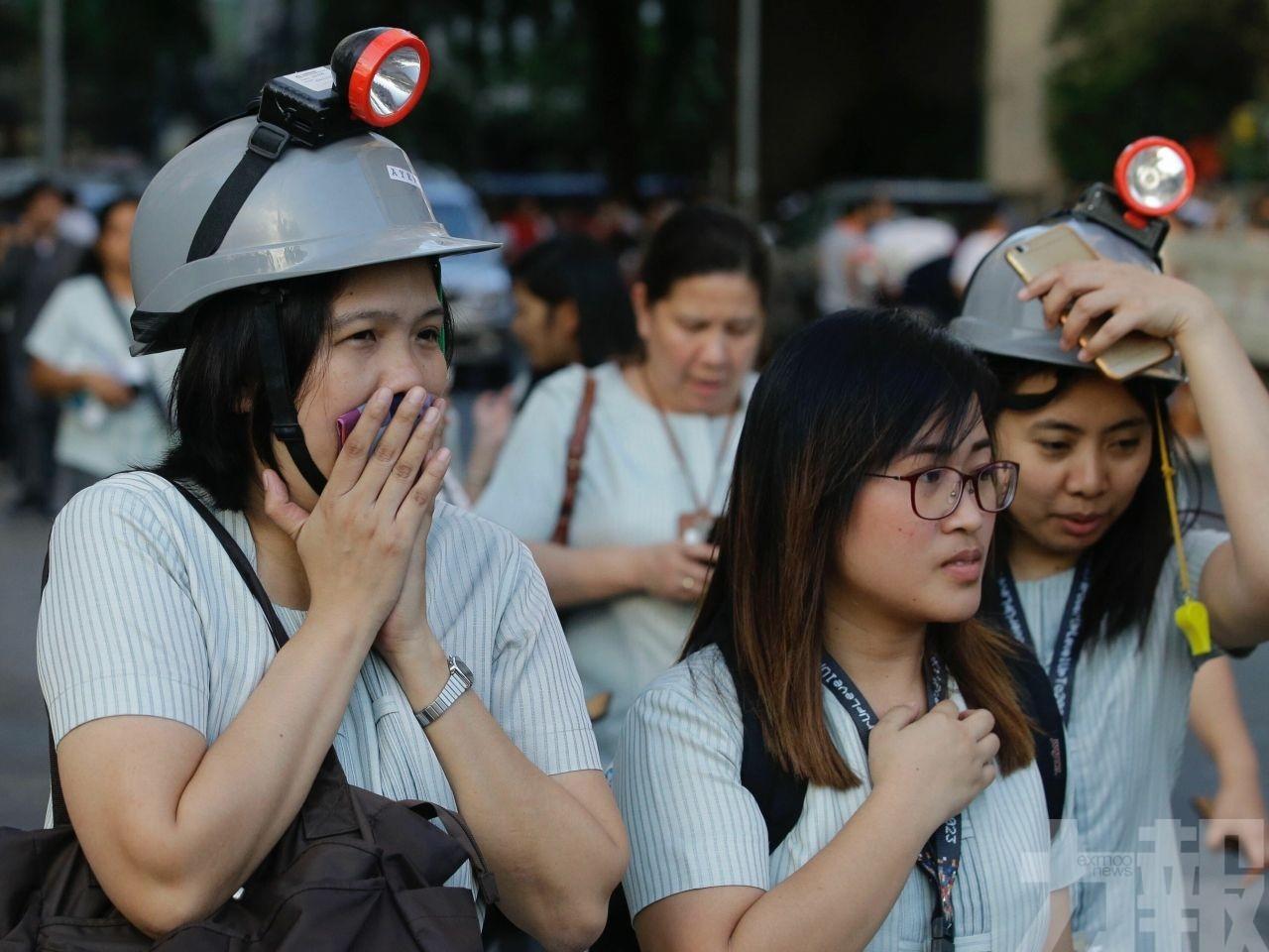 救援人員續搜索被困者