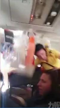 空姐被拋上機艙頂 飲品如雨下