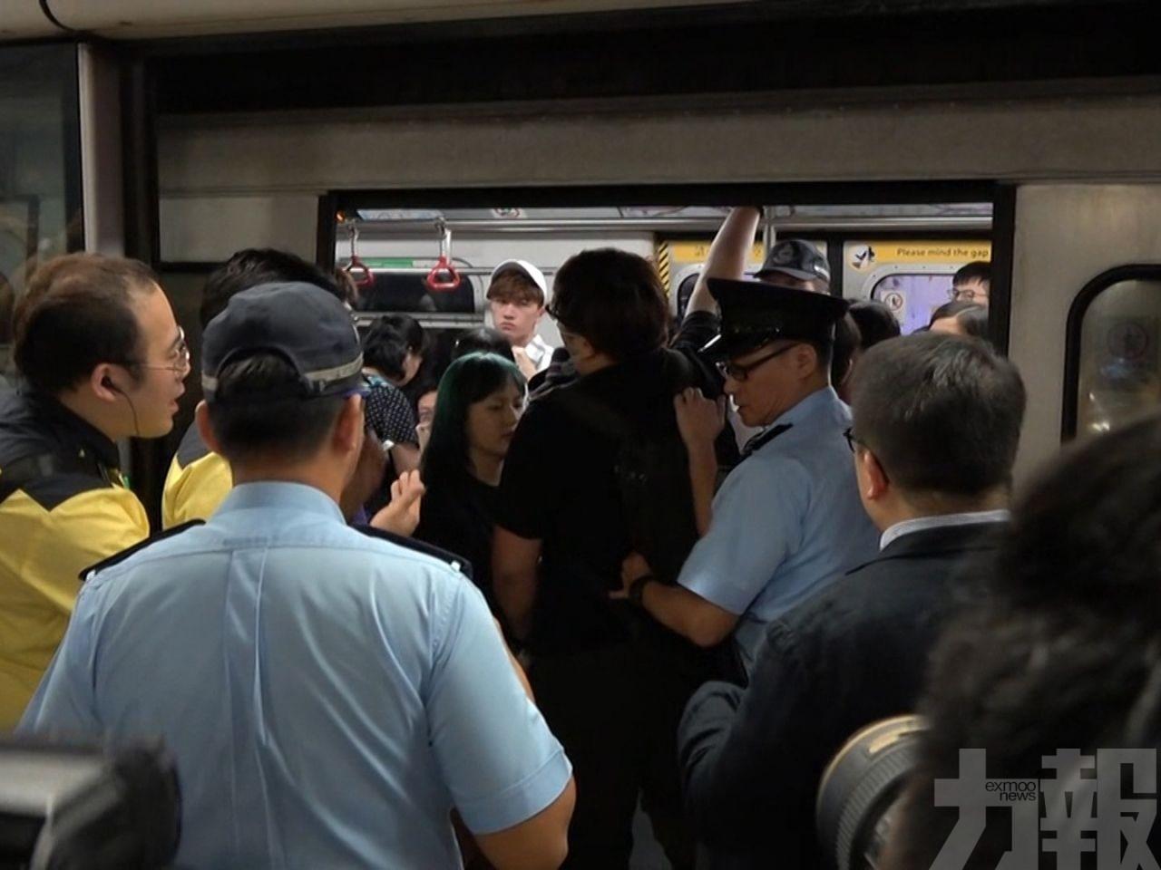 阻擋車門關閉 警員最少將3人拉出車廂
