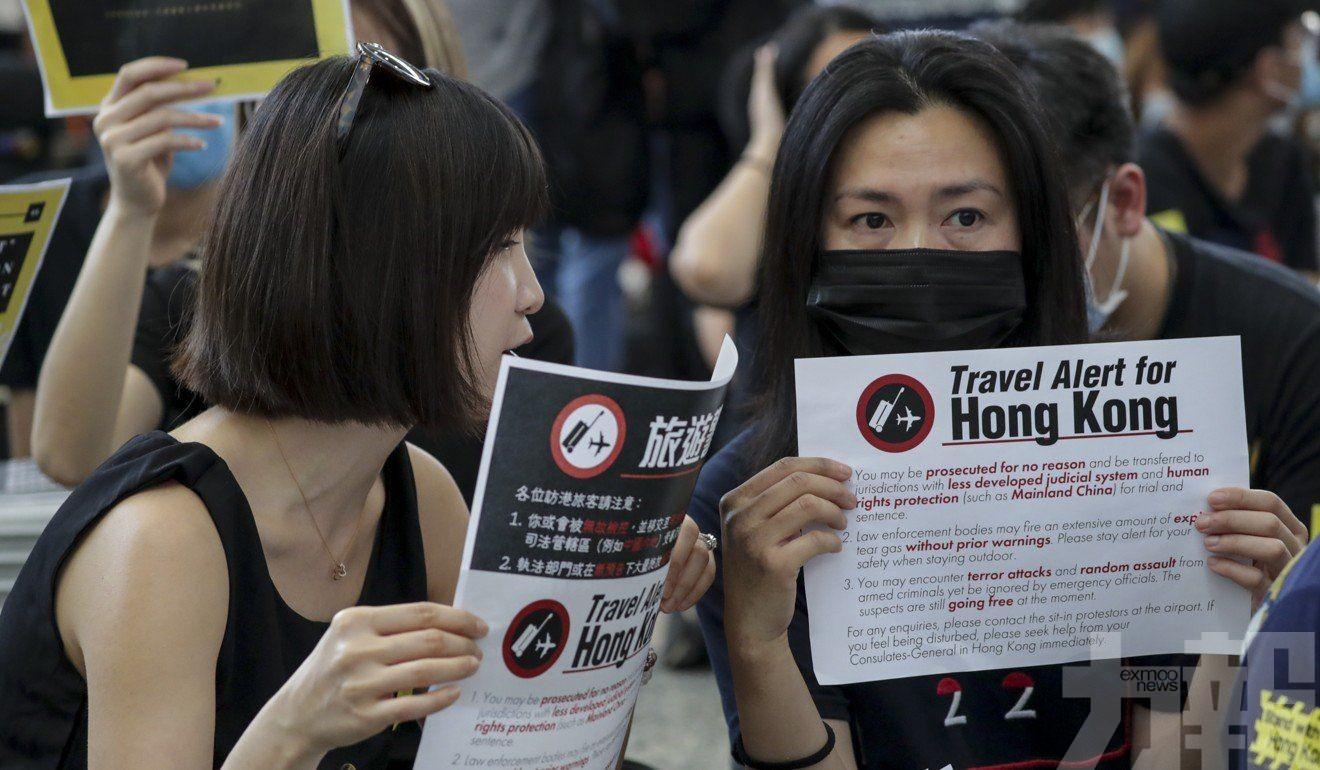 女子疑不滿揮外國旗與示威者口角