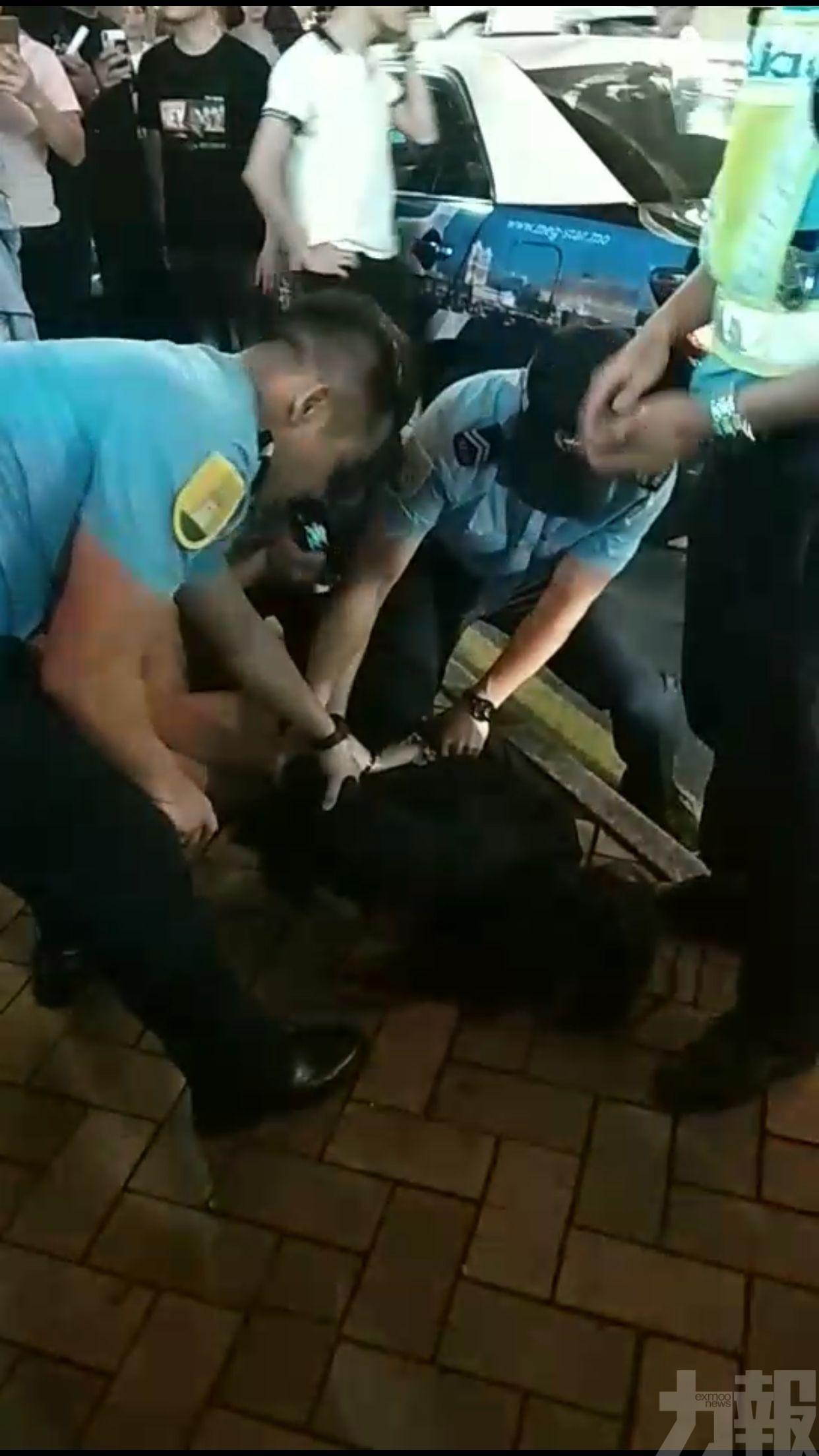 被警方控以辱警、襲警