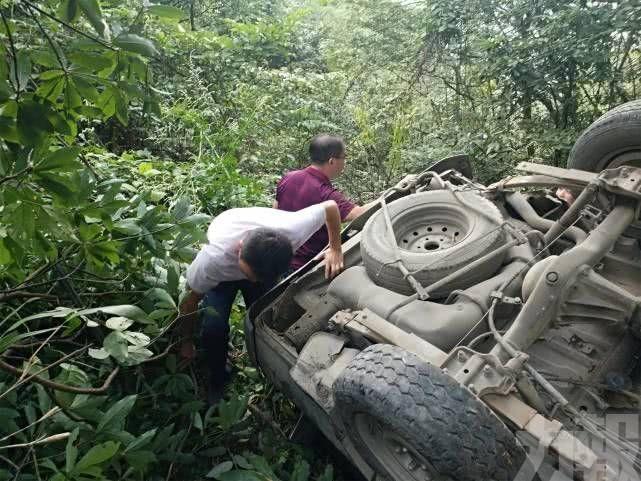 桂林旅遊巴翻落山崖 3死11傷