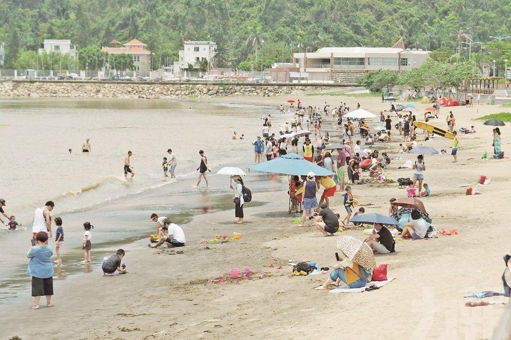 非法導遊插旗黑沙海灘?