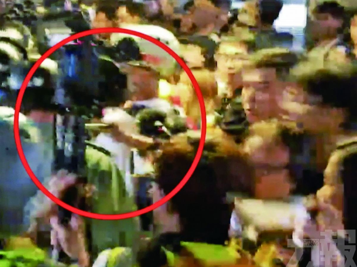 A rioter hidden in group of press, cut police neck from behind suddenly