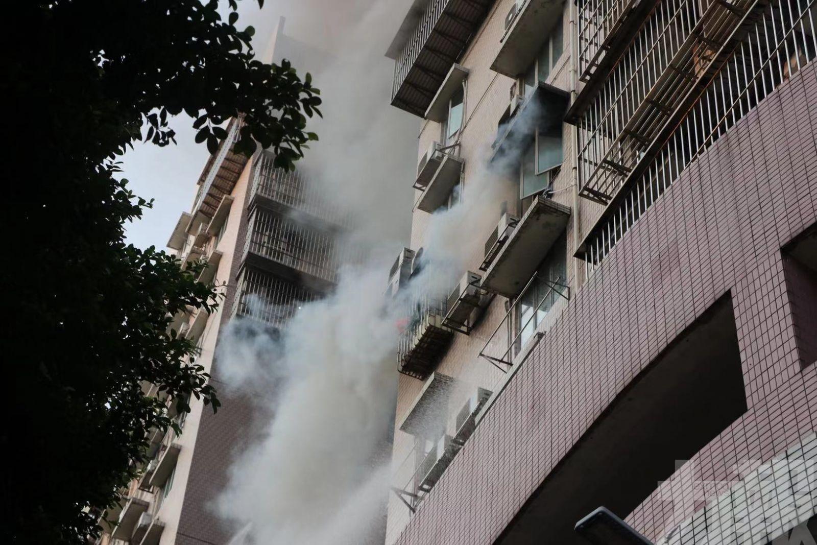 現場傳爆炸巨響 居民揮毛巾叫救命