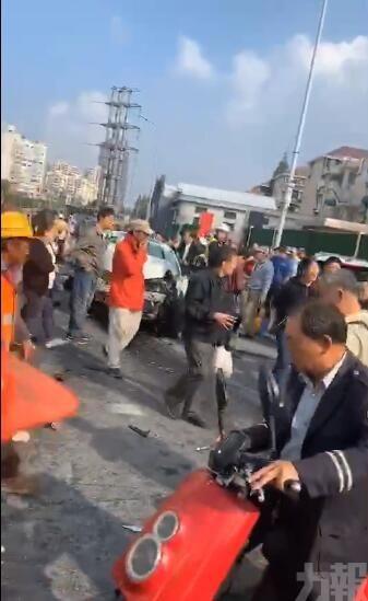 有片!上海私家車撞飛多名路人 2死12傷
