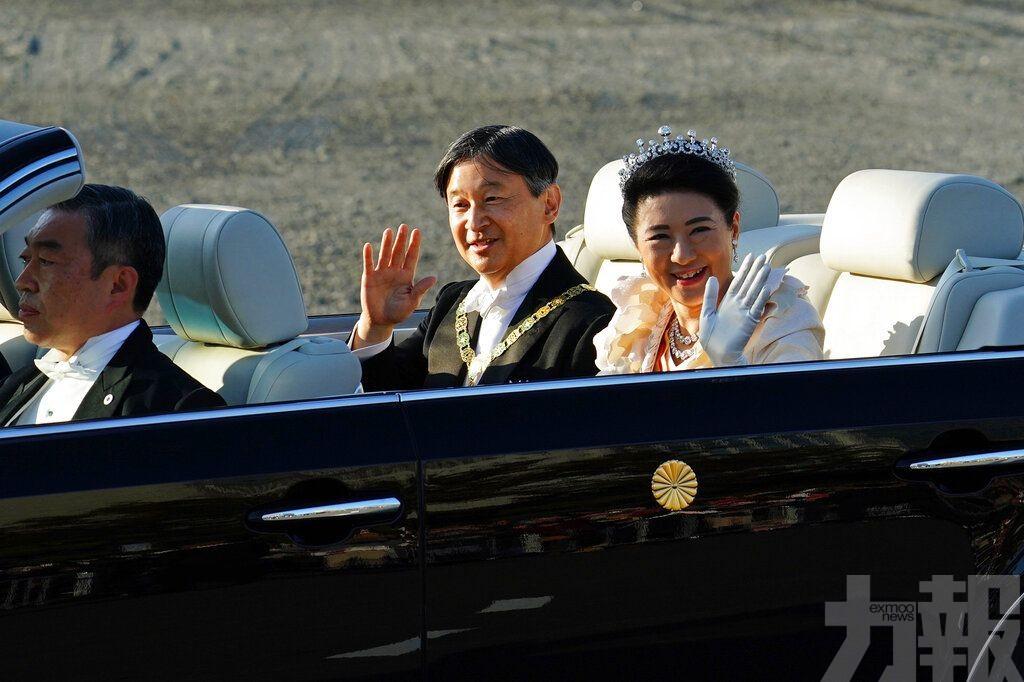 德仁夫婦沿途向民眾揮手