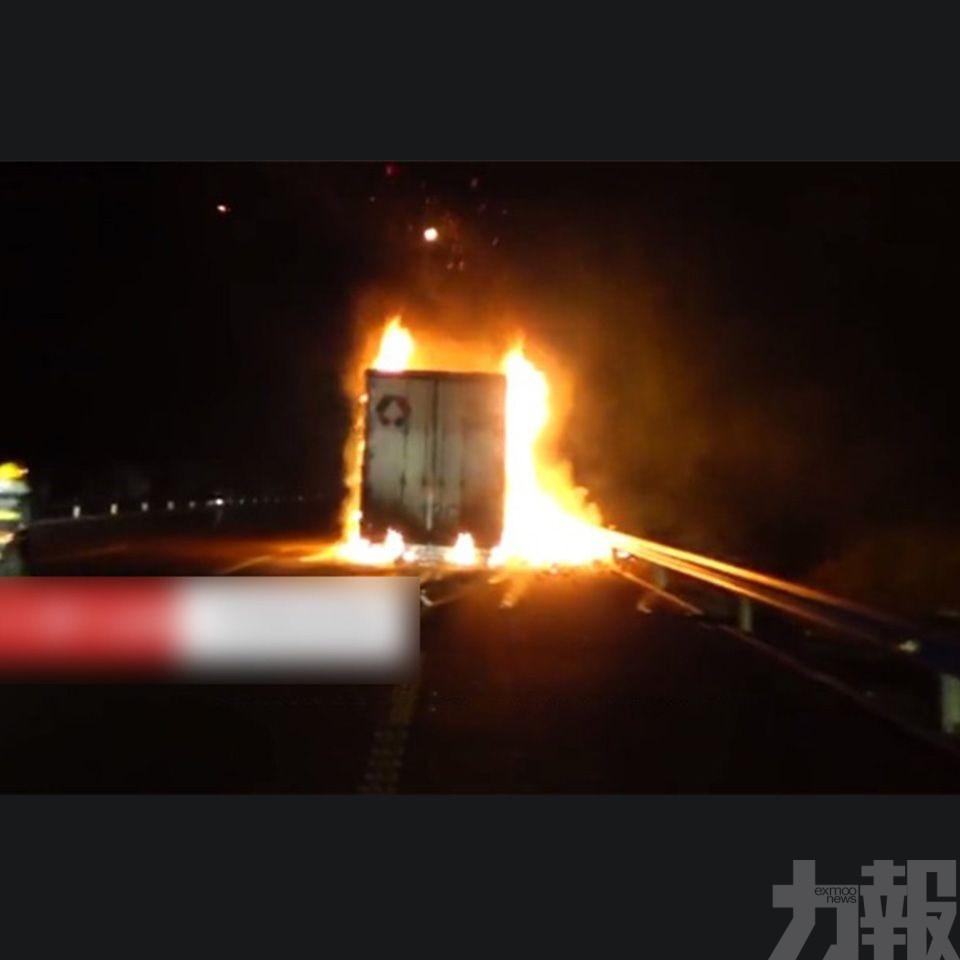 河南一裝有13噸快遞貨車起火