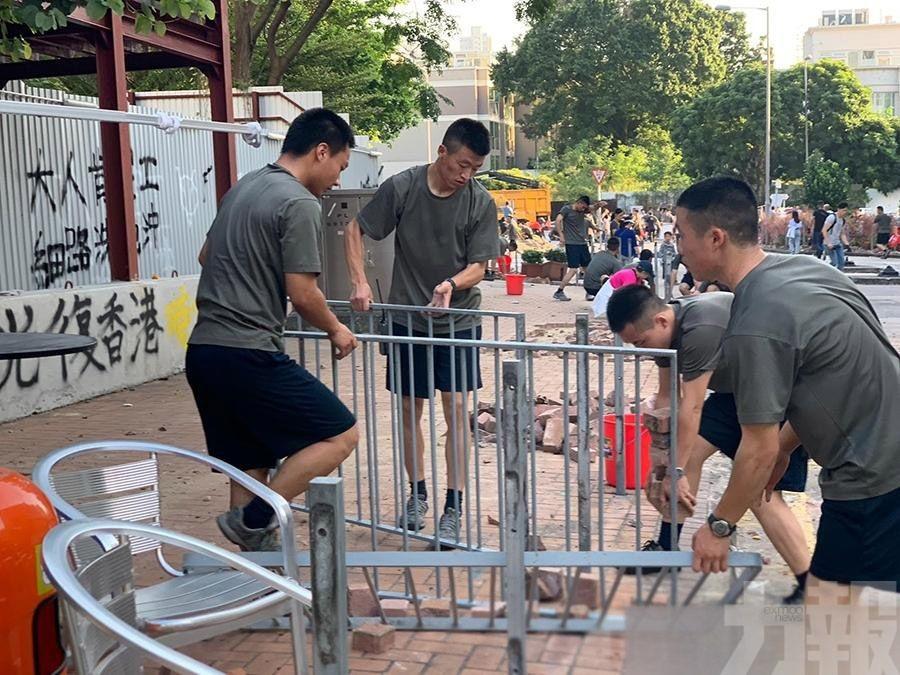 駐港解放軍步出軍營清路障