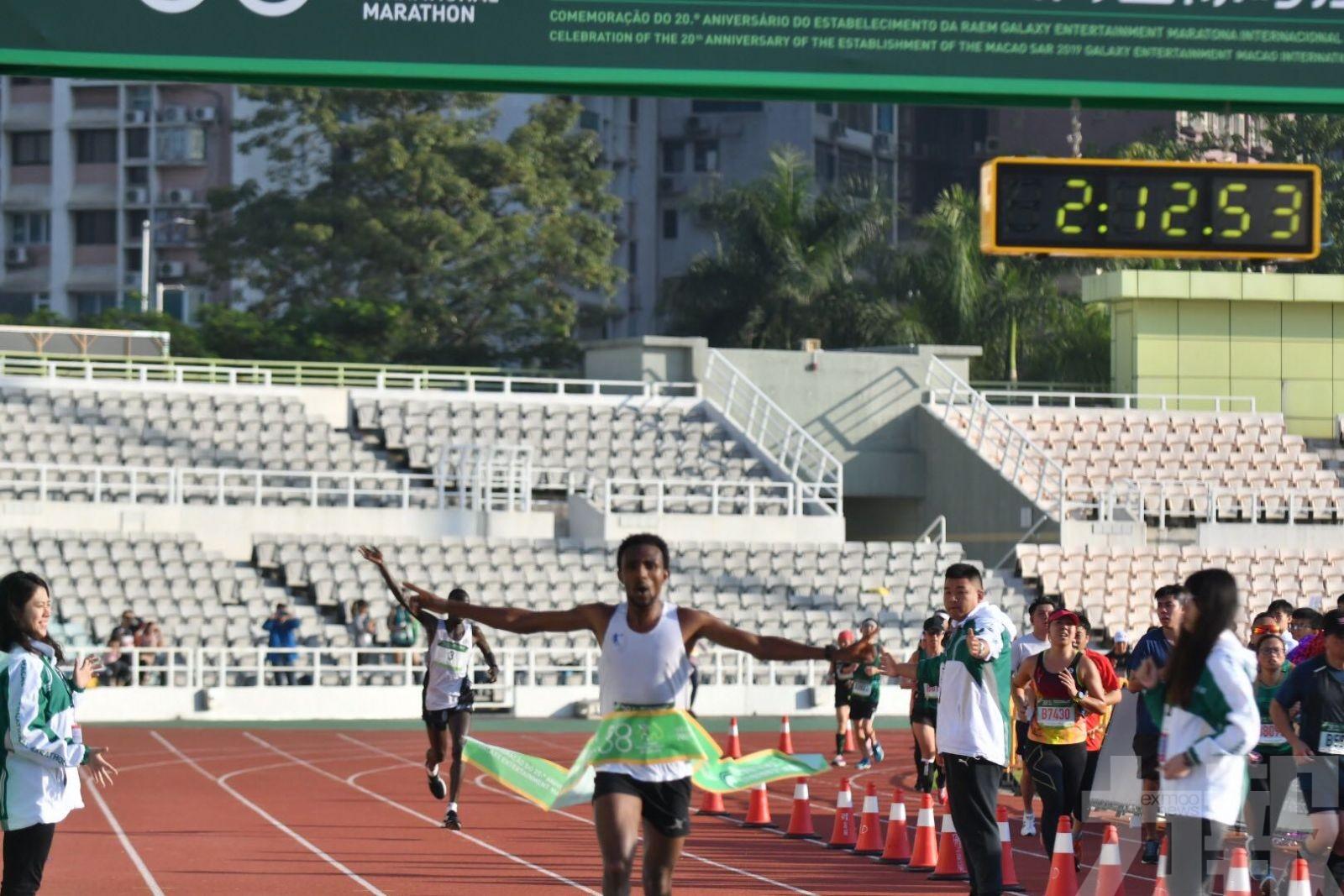 埃國肯尼亞跑手分奪全馬男女冠軍