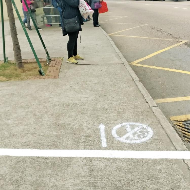 巴士站「禁煙線」變色 「暗灰藍」轉「醒目白」