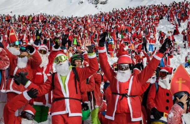 數千「聖誕老人」聚瑞士慶滑雪季