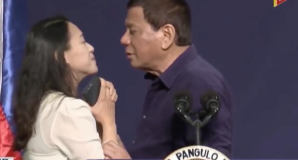 菲律賓總統公開親吻女菲僑