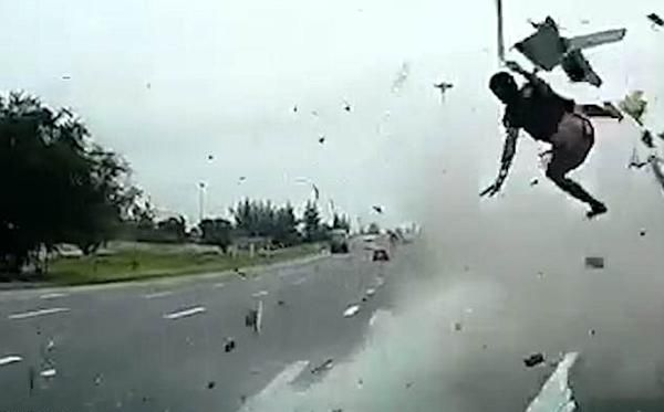 無戴安全帶飛出車外再被撞
