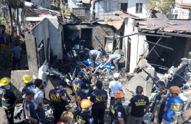 菲國小型飛機失控撞民居13死傷