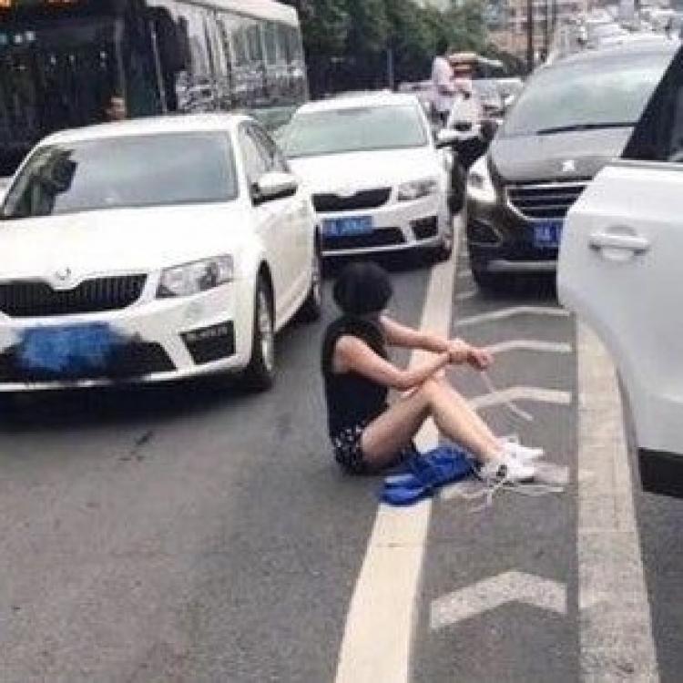 川女手腳被綁逃出車廂求救