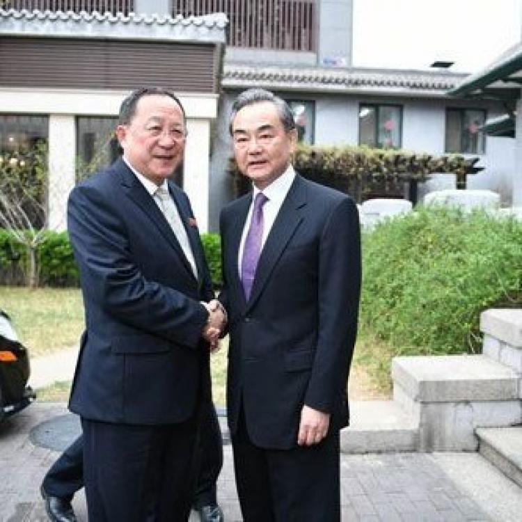 王毅會見朝鮮外長李勇浩
