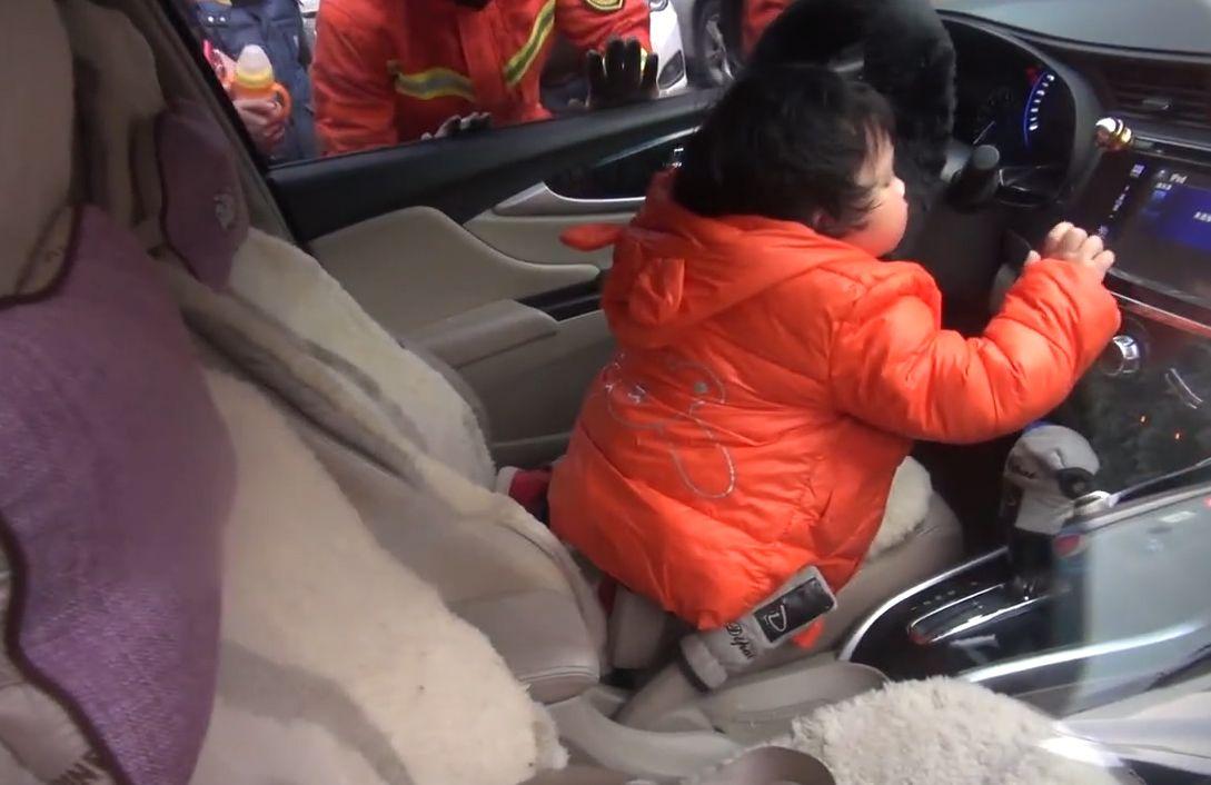 一歲女玩車匙遭反鎖