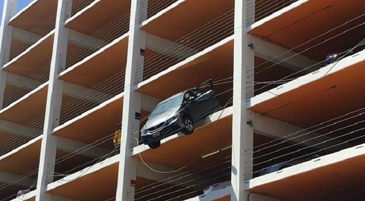 美婦連車帶人懸掛四樓半空