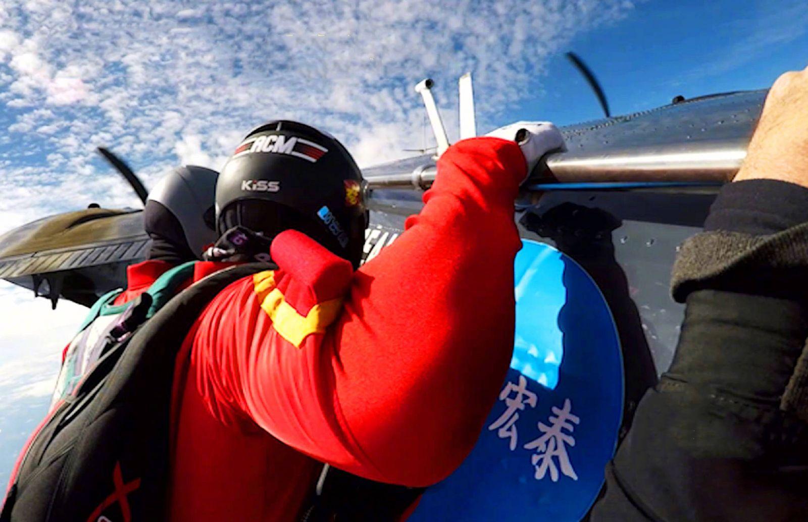 跳傘運動員5,500呎高空砌福字