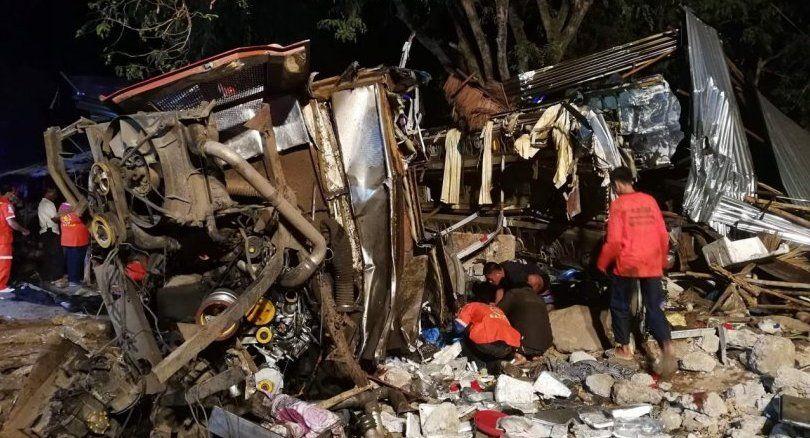 泰雙層旅遊巴與拖車相撞16死35傷