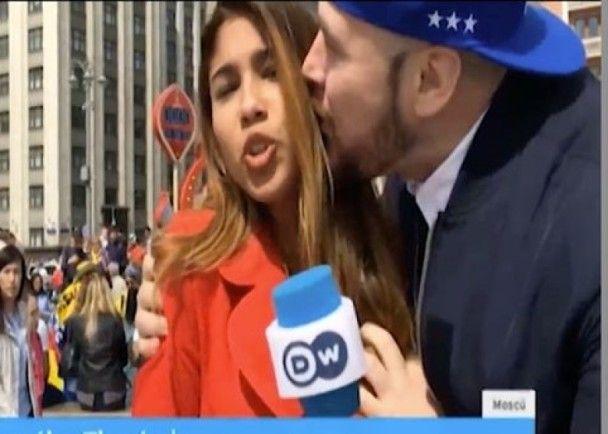 男子撲鏡頭前摸胸強吻