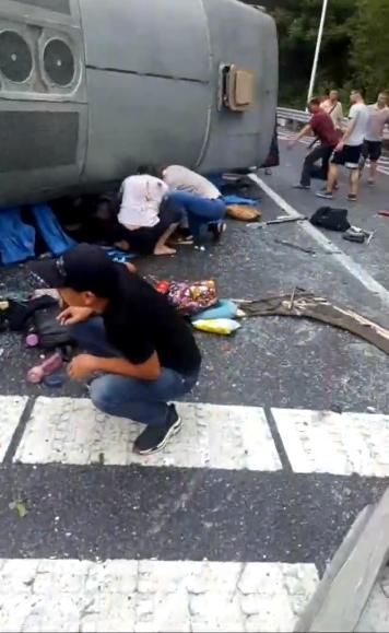 清遠巴士高速路翻側10死傷