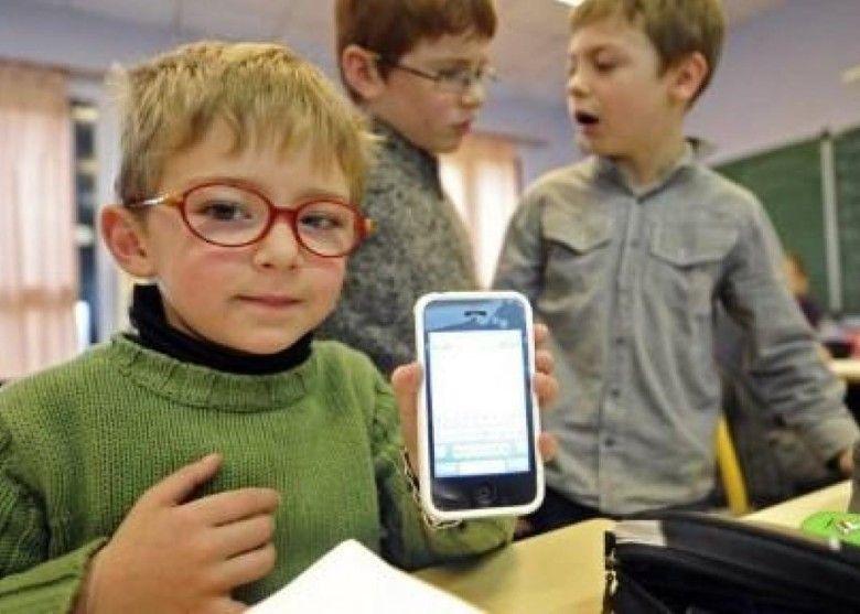 法明年9月起禁中小學校內用手機