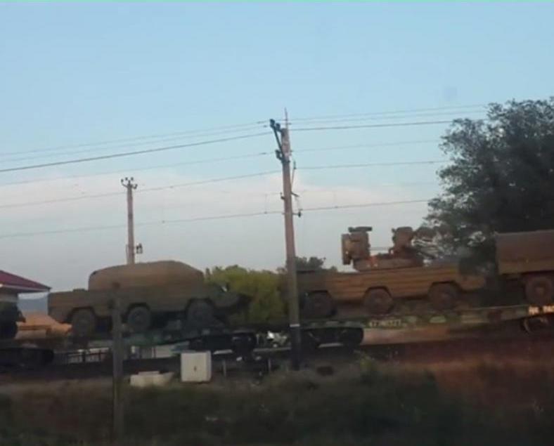 俄軍向克島部署大批裝甲車