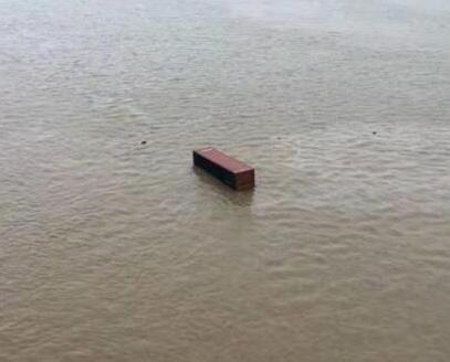 貨櫃車失控撞珠海大橋欄杆墮河